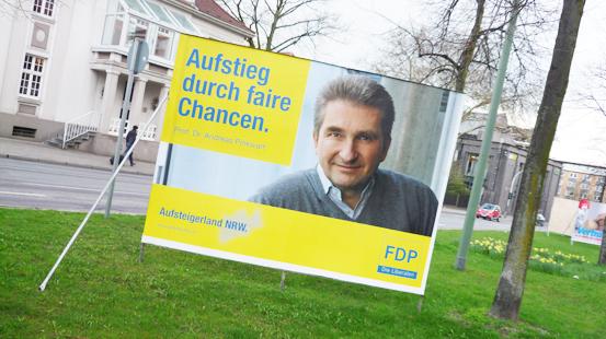 """FDP-Spitzenkandidat für den nordrhein-westfälischen Landtag: Andreas Pinkwart auf dem ersten Plakat in legerer Kleidung. Botschaft an die Massen: """"Ich bin einer von euch."""""""