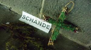 Loveparade-Tunnelblick (1): Erinnerungszettel, Kerzen und Trauergaben – eine letzte Fotoreise