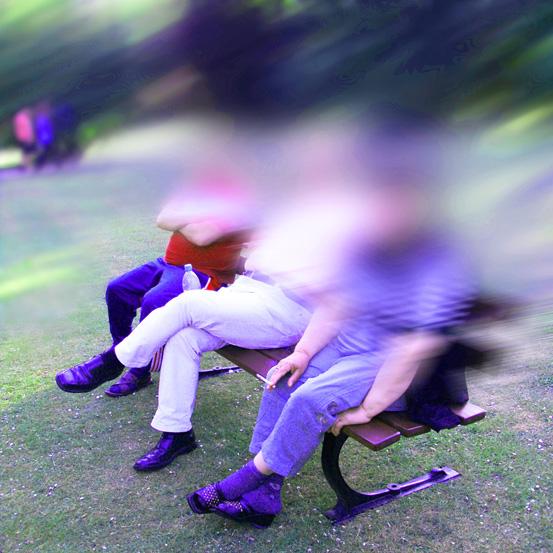 Menschen auf einer Parkbank