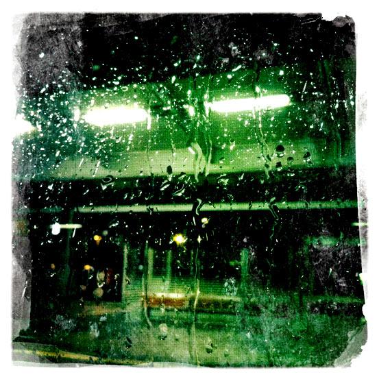 Regentropfen an DB-Fenster.