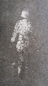 Weiße Frau im weißen Schatten